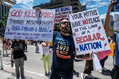 Un activista se manifiesta en contra de la norma que prohíbe la ley contra el aborto desde las seis semanas en Texas, el pasado mayo.