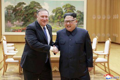 El secretario de Estado de EE UU, Mike Pompeo, y el líder norcoreano, Kim Jong-un, el pasado 9 de mayo en Pyongyang.
