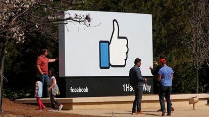 """Visitantes se hacen fotos ante el famoso signo de """"me gusta"""" en la sede de Facebook en Menlo Park (California) en una foto de archivo de marzo de 2018."""