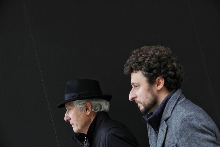 Jon Viar y su padre Iñaki, con sombrero, en la presentación de la película en la Seminci.