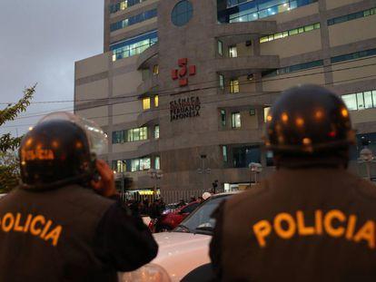 Un grupo de policías custodia la clínica donde está internado Alberto Fujimori.