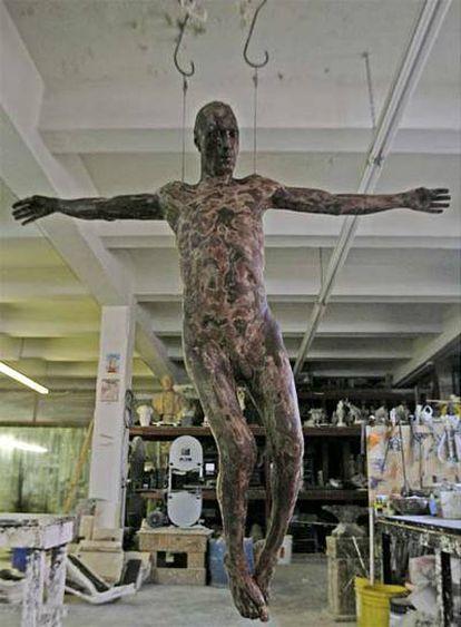 La obra del escultor Cosimo Cavallaro, que representa a un Jesucristo de chocolate a tamaño natural y completamente desnudo ha desatado la polémica en Nueva York, donde será expuesta en una galería.