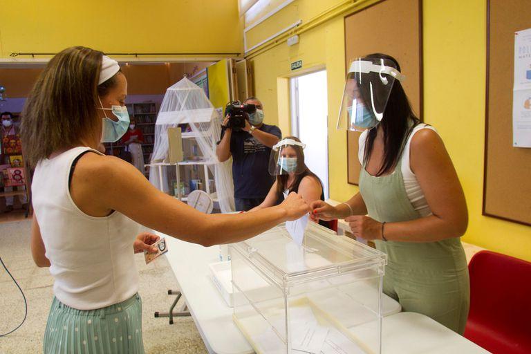 Voluntarios participan en Marín (Pontevedra) en una demostración de las medidas de seguridad que se tomarán en los colegios electorales gallegos.