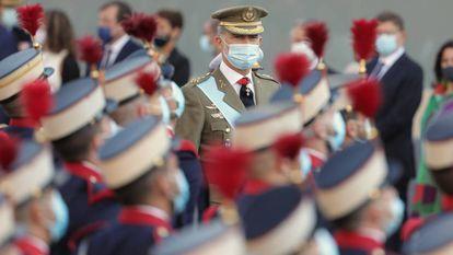 Felipe VI pasa revista a las tropas antes de dar comienzo al desfile.
