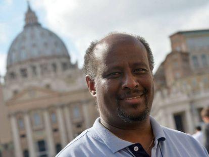 Fotografía del cura eritreo Mussie Zerai, frente a el Vaticano, en 2015