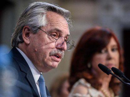El presidente de Argentina, Alberto Fernández, abre las sesiones del Congreso ante la mirada de su vicepresidenta, Cristina Fernández de Kirchner. el 1 de marzo de 2021.