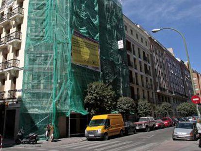 Obras en la fachada de un edificio de Madrid, en una imagen de archivo.