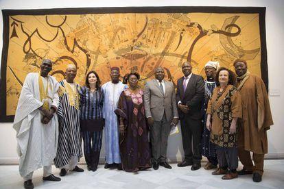 El embajador de Mali, el señor Abdoulaye Koumaré, junto a los miembros del Grupo Bogolan Kasobané e Irene López de Castro.