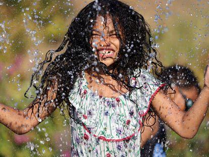 Una niña juega en una fuente en el parque Jefferson de Seattle el 27 de junio.