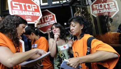 Decenas de miembros de la Plataforma de Afectados por la Hipoteca paralizan el desahucio de Eva Carbajal en Valencia.
