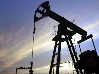 Máquinas trabajan en un pozo de petróleo.