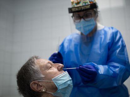 Realización de un test PCR en un centro de atención primaria de Barcelona, a finales de enero.
