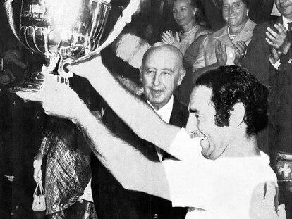 Paco Gento recoge feliz en 1970 la Copa que abría la puerta de la Recopa al Real Madrid.