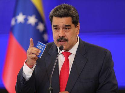 Nicolás Maduro con un ejemplar de la Constitución venezolana en la mano ayer en conferencia de prensa.