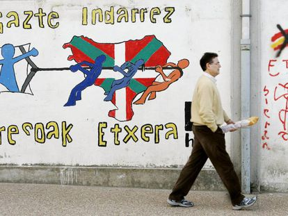 Pintadas alusivas a los presos de ETA y a su liberación en el muro de una calle de Etxarri-Aranatz (Navarra).