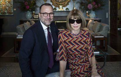 Costos, con Anna Wintour, editora de Vogue USA, durante una producción  para El País Semanal en la embajada de EE UU en España (2015).