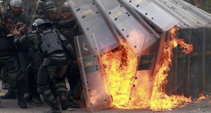 Policías atacados con bombas molotov durante una protesta