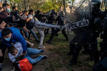 Enfrentamientos entre manifestantes y policías tras el mitin de Vox en Vallecas (Madrid), el pasado día 7.