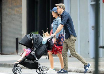 Ryan Reynolds paseando con su mujer Blake Lively y sus hijas el pasado mes de junio en Nueva York.