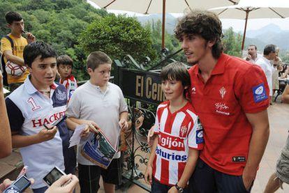 Javi Poves, en la terraza de un restaurante frecuentado por los jugadores del Sporting.