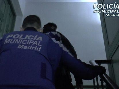 Policía Municipal de Madrid desalojó anoche tres fiestas ilegales en locales y puso más de 100 denuncias.