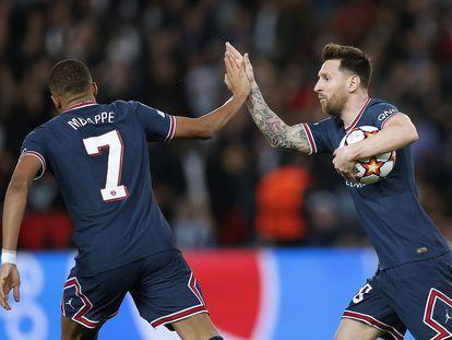Messi celebra con Mbappé uno de sus dos goles ante el Leipzig