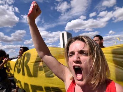 Manifestantes contrarios al 'impeachment', ayer en Brasilia,