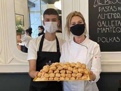 Estela Gutiérrez, con su hijo, en la nueva pastelería Estela.