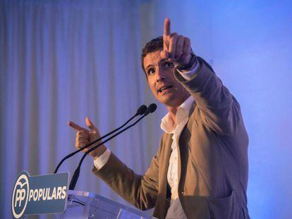 El presidente del PP, Pablo Casado, durante la rueda de prensa en el Club Marítimo de Mahón (Menorca).