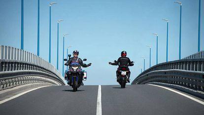 Policías en motocicleta durante un patrullaje en carretera.
