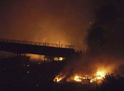 Las llamas devoran todo a su paso tras la explosión en un tren que transportaba gas y que se descarriló cerca de la estación de la localidad italiana de Viareggio