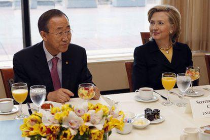 El secretario general de Naciones Unidas, Ban Ki-moon, y la secretaria de Estado de EE UU, Hillary Clinton, en el desayuno con el que arrancó la conferencia de donantes para Haití.