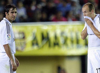 Raúl y Robben, durante un partido del Real Madrid.