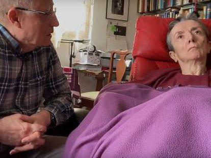 Un hombre ayuda a su pareja, con esclerosis múltiple, a acabar con su vida y se convierte en el primer detenido por ese motivo. Varios expertos critican el arresto