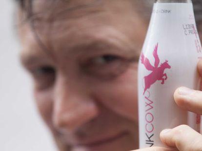 Flavio Morganti con la botella de su nueva bebida