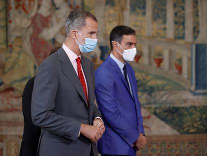 El Rey, Felipe VI, y el presidente del Gobierno, Pedro Sánchez, en un acto este lunes en Madrid.