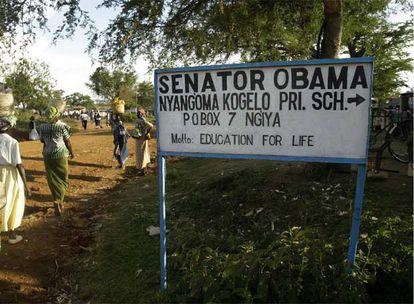 Un cartel anuncia la escuela que lleva el nombre del senador Obama en la aldea keniana de Kogelo, donde reside su abuela.