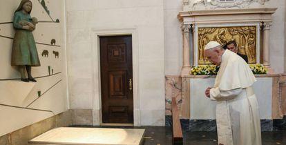 El papa Francisco reza ante las tumbas de los pastorcillos.