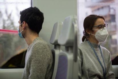 Dos pasajeros de la línea R2 de Cercanías, el viernes en Barcelona.