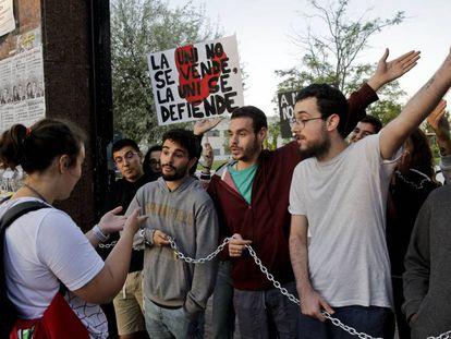 Protesta de alumnos hoy en el campus de Fuenlabrada. En vídeo, una encuesta de VERNE sobre lo que opinan los alumnos de la URJC de los memes que circulan de su universidad.
