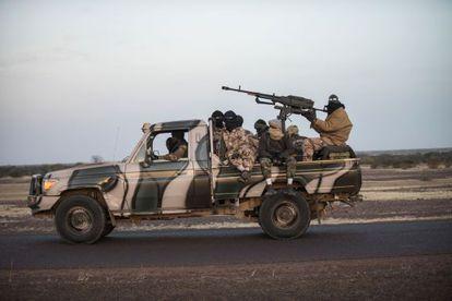 Soldados malienses de camino a Mopti, el sábado.