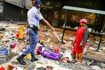 La policía señala a una mujer tras las protestas de Durban, en Sudáfrica, el pasado julio.