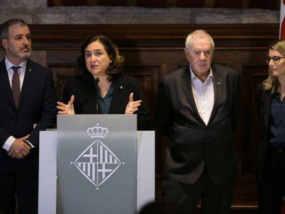 Colau, entre Collboni, Maragall y Artadi, al presentar el acuerdo de presupuestos.