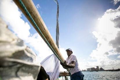 El pescador Luciano Preto maneja el mástil de la balsa para izar la vela.