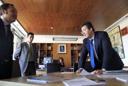 El nuevo alcalde de Leganés, Jesús Gómez (derecha), cifra la deuda del municipio en 88 millones de euros. En la imagen, en su primer día en el cargo.