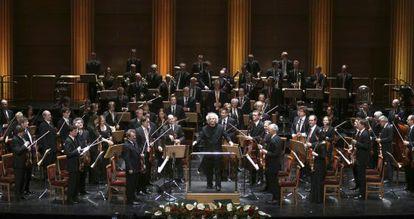 Simon Rattle, al frente de la Filarmónica de Berlín, en la actuación que realizaron en el Teatro Real en 2011.