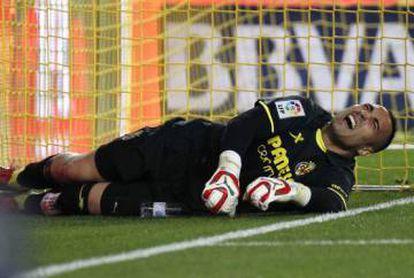 Asenjo se duele tras sufrir una lesión en 2015.
