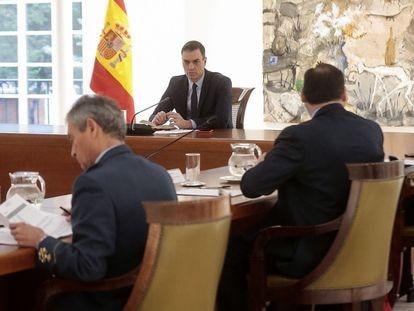 El presidente del Gobierno, Pedro Sánchez, durante una reunión con el comité técnico a cargo de la gestión de crisis de coronavirus, este martes.