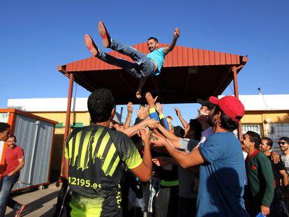 Amin, un refugiado sirio, celebra haber recibido permiso para viajar a la península.