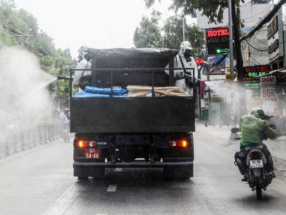 Dos operarios rocían desinfectante en Ciudad Ho Chi Minh (antigua Saigón, Vietnam), el 1 de junio.